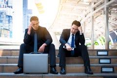 Ο ασιατικός επιχειρηματίας δύο αισθάνεται λυπημένος και ματαιωμένος ανατρεμμένος αποτύχετε στη ζωή στοκ εικόνες