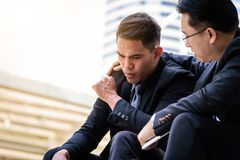 Ο ασιατικός επιχειρηματίας δύο αισθάνεται λυπημένος και ματαιωμένος ανατρεμμένος αποτύχετε στη ζωή Στοκ εικόνα με δικαίωμα ελεύθερης χρήσης