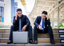 Ο ασιατικός επιχειρηματίας δύο αισθάνεται λυπημένος και ματαιωμένος ανατρεμμένος αποτύχετε στη ζωή στοκ φωτογραφίες με δικαίωμα ελεύθερης χρήσης
