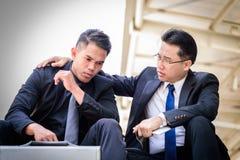 Ο ασιατικός επιχειρηματίας δύο αισθάνεται λυπημένος και ματαιωμένος ανατρεμμένος αποτύχετε στη ζωή στοκ φωτογραφία με δικαίωμα ελεύθερης χρήσης