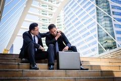 Ο ασιατικός επιχειρηματίας δύο αισθάνεται λυπημένος και ματαιωμένος ανατρεμμένος αποτύχετε στη ζωή στοκ φωτογραφία