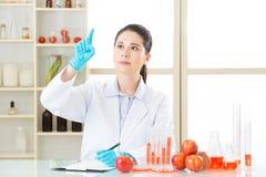 Ο ασιατικός θηλυκός επιστήμονας ρίχνει τη θεραπεία για τη γενετική τροποποίηση Στοκ εικόνες με δικαίωμα ελεύθερης χρήσης
