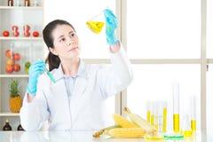 Ο ασιατικός θηλυκός επιστήμονας ρίχνει τη θεραπεία για τη γενετική τροποποίηση Στοκ Φωτογραφία