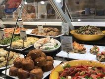 Ο ασιατικός μετρητής στο δικαστήριο τροφίμων Harrod ` s, Λονδίνο, UK Στοκ Εικόνες