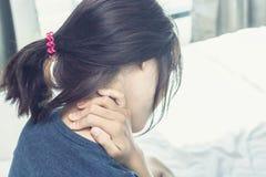 Ο ασιατικός πόνος στην πλάτη γυναικών και κάθεται στο κρεβάτι στοκ φωτογραφίες με δικαίωμα ελεύθερης χρήσης