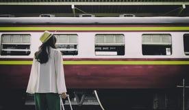 Ο ασιατικός ταξιδιώτης γυναικών έχει την αναμονή του τραίνου στο stati της Hua Lamphong Στοκ Εικόνες