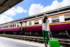 Ο ασιατικός ταξιδιώτης γυναικών έχει την αναμονή του τραίνου στο stati της Hua Lamphong Στοκ φωτογραφίες με δικαίωμα ελεύθερης χρήσης