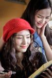 Ο ασιατικός ταξιδιώτης γυναικών διοργανώνει την ανάγνωση ενός βιβλίου και την ομιλία στο trai στοκ φωτογραφία με δικαίωμα ελεύθερης χρήσης