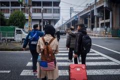 Ο ασιατικός τουρίστας περπάτησε τη διαγώνια διάβαση πεζών στοκ εικόνες με δικαίωμα ελεύθερης χρήσης