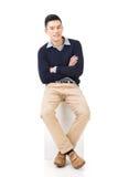 Ο ασιατικός τύπος κάθεται Στοκ Εικόνες