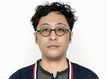 Ο ασιατικός τύπος κοιτάζει επίμονα στη κάμερα Στοκ εικόνα με δικαίωμα ελεύθερης χρήσης