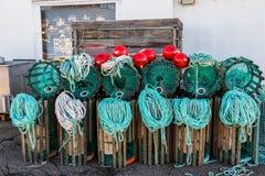 Ο αστακός παγιδεύει τη στάση σε μια αποβάθρα που προετοιμάζεται για την αλιεία με τα σχοινιά και τους σημαντήρες στοκ εικόνα