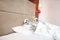 Ο αστείος ανθρώπινος σκελετός βρίσκεται σε κακό Στοκ Εικόνες