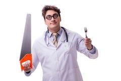 Ο αστείος γιατρός με το πριόνι που απομονώνεται στο λευκό Στοκ Φωτογραφίες