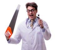 Ο αστείος γιατρός με το πριόνι που απομονώνεται στο λευκό Στοκ Εικόνες