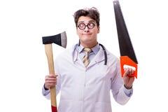 Ο αστείος γιατρός με το τσεκούρι και πριόνι που απομονώνεται στο λευκό Στοκ Εικόνες