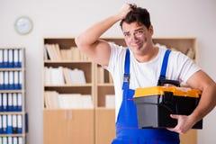 Ο αστείος εργαζόμενος με το βρώμικα πρόσωπο και το κουτί εργαλείων Στοκ Εικόνες