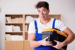Ο αστείος εργαζόμενος με το βρώμικα πρόσωπο και το κουτί εργαλείων Στοκ φωτογραφίες με δικαίωμα ελεύθερης χρήσης