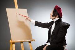 Ο αστείος καλλιτέχνης στο σκοτεινό στούντιο στοκ φωτογραφία με δικαίωμα ελεύθερης χρήσης