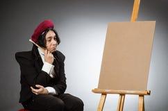Ο αστείος καλλιτέχνης στο σκοτεινό στούντιο Στοκ Εικόνες