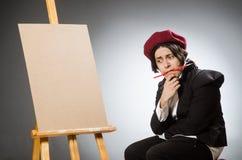 Ο αστείος καλλιτέχνης στο σκοτεινό στούντιο Στοκ Φωτογραφία