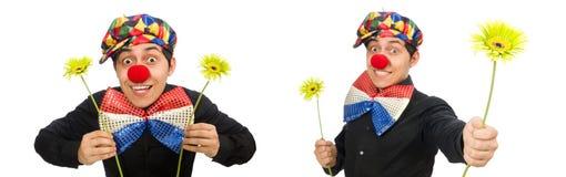 Ο αστείος κλόουν με τα λουλούδια που απομονώνεται στο λευκό στοκ εικόνες