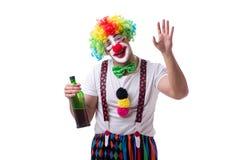 Ο αστείος κλόουν με ένα μπουκάλι που απομονώνεται στο άσπρο υπόβαθρο Στοκ φωτογραφίες με δικαίωμα ελεύθερης χρήσης