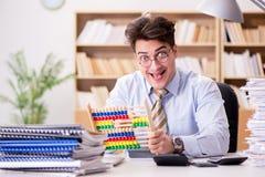 Ο αστείος λογιστής λογιστών που εργάζεται στο γραφείο Στοκ εικόνες με δικαίωμα ελεύθερης χρήσης
