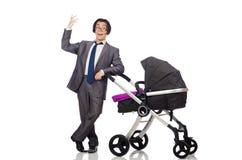 Ο αστείος μπαμπάς με το μωρό και καροτσάκι στο λευκό Στοκ Φωτογραφία