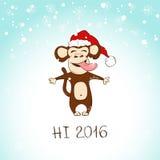 Ο αστείος πίθηκος απολαμβάνει το πρώτο χιόνι ελεύθερη απεικόνιση δικαιώματος