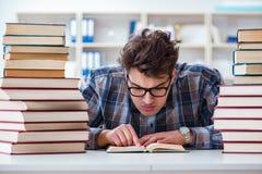 Ο αστείος σπουδαστής nerd που προετοιμάζεται για τους πανεπιστημιακούς διαγωνισμούς Στοκ φωτογραφία με δικαίωμα ελεύθερης χρήσης