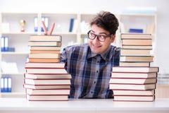Ο αστείος σπουδαστής nerd που προετοιμάζεται για τους πανεπιστημιακούς διαγωνισμούς Στοκ φωτογραφίες με δικαίωμα ελεύθερης χρήσης
