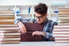 Ο αστείος σπουδαστής nerd που προετοιμάζεται για τους πανεπιστημιακούς διαγωνισμούς Στοκ Εικόνες
