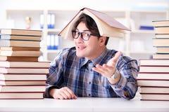 Ο αστείος σπουδαστής nerd που προετοιμάζεται για τους πανεπιστημιακούς διαγωνισμούς Στοκ εικόνες με δικαίωμα ελεύθερης χρήσης