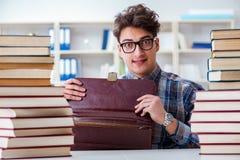 Ο αστείος σπουδαστής nerd που προετοιμάζεται για τους πανεπιστημιακούς διαγωνισμούς Στοκ Φωτογραφίες
