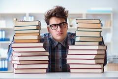 Ο αστείος σπουδαστής nerd που προετοιμάζεται για τους πανεπιστημιακούς διαγωνισμούς Στοκ Φωτογραφία