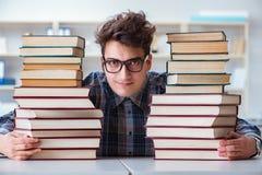 Ο αστείος σπουδαστής nerd που προετοιμάζεται για τους πανεπιστημιακούς διαγωνισμούς Στοκ εικόνα με δικαίωμα ελεύθερης χρήσης