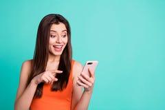 Ο αστείος φοβιτσιάρης έφηβος πορτρέτου διαφημίζει ότι οι συμβουλές συμβουλεύουν επιλέξτε αποφασίζει την απίστευτη απροσδόκητη συσ στοκ φωτογραφία με δικαίωμα ελεύθερης χρήσης