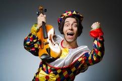 Ο αστείος φορέας κλόουν βιολιών στη μουσική έννοια Στοκ εικόνες με δικαίωμα ελεύθερης χρήσης