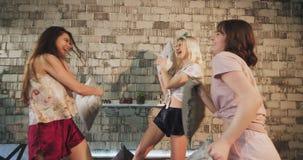 Ο αστείος χρόνος κινηματογραφήσεων σε πρώτο πλάνο για μια ομάδα εφήβου έχει ένα κόμμα sleepover στις πυτζάμες σε μια σύγχρονη κρε απόθεμα βίντεο