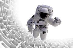 Ο αστροναύτης πέρα από την τεράστια ατελείωτη τρισδιάστατη απεικόνιση δομών λαβυρίνθου, στοιχεία αυτής της εικόνας εφοδιάζεται απ Στοκ εικόνα με δικαίωμα ελεύθερης χρήσης