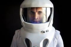 Ο αστροναύτης σε ένα κράνος κοιτάζει κάτω Φανταστικό διαστημικό κοστούμι Εξερεύνηση του μακρινού διαστήματος στοκ φωτογραφία με δικαίωμα ελεύθερης χρήσης