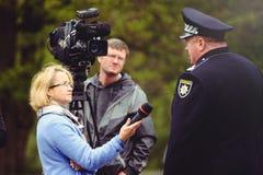 Ο αστυνομικός δίνει μια συνέντευξη στοκ φωτογραφίες με δικαίωμα ελεύθερης χρήσης