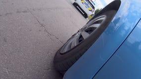 Ο αστυνομικός σταμάτησε τον μπλε δρόμο αυτοκινήτων, σπάζοντας κανόνες κυκλοφορίας, που υπερβαίνουν το όριο ταχύτητας φιλμ μικρού μήκους