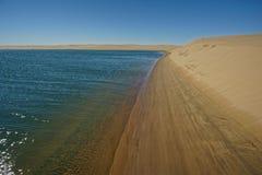 Ο Ατλαντικός Ωκεανός συναντά την έρημο ακτών σκελετών, Ναμίμπια, Αφρική στοκ εικόνα