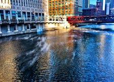 Ο ατμός αυξάνεται από τον ποταμό του Σικάγου καθώς η θερμοκρασία βυθίζει και το νερό αρχίζει να δροσίζει κάτω Στοκ Φωτογραφία