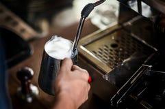 Ο ατμός κατασκευαστών καφέ το γάλα για κάνει latte Στοκ Φωτογραφία