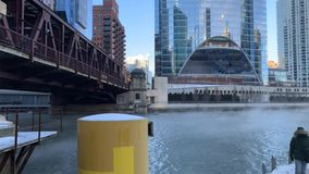 Ο ατμός που αυξάνεται από τον ποταμό του Σικάγου κάτω από τη γέφυρα οδών λιμνών, ως θερμοκρασίες βυθίζει φιλμ μικρού μήκους