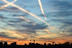 Ο ατμός σύρει και καλύπτει σε έναν μπλε και πορτοκαλή ουρανό Στοκ φωτογραφία με δικαίωμα ελεύθερης χρήσης