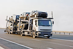 ο αυτόματος έμπορος μεταφορέων αυτοκινήτων batch παραδίδει νέο στο truck Στοκ φωτογραφίες με δικαίωμα ελεύθερης χρήσης